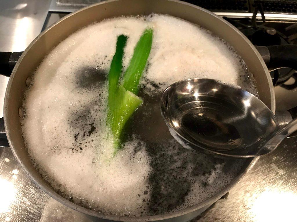 ざっくりと鍋のアクをとる