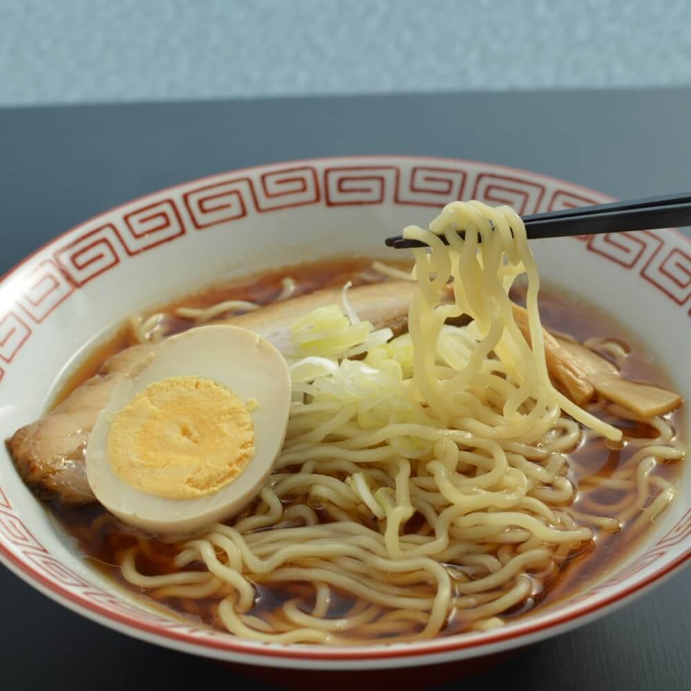 商品名:中華食堂、中加水の中太麺・ちぢれ麺のあっさり醤油ラーメンの麺持ち上げ