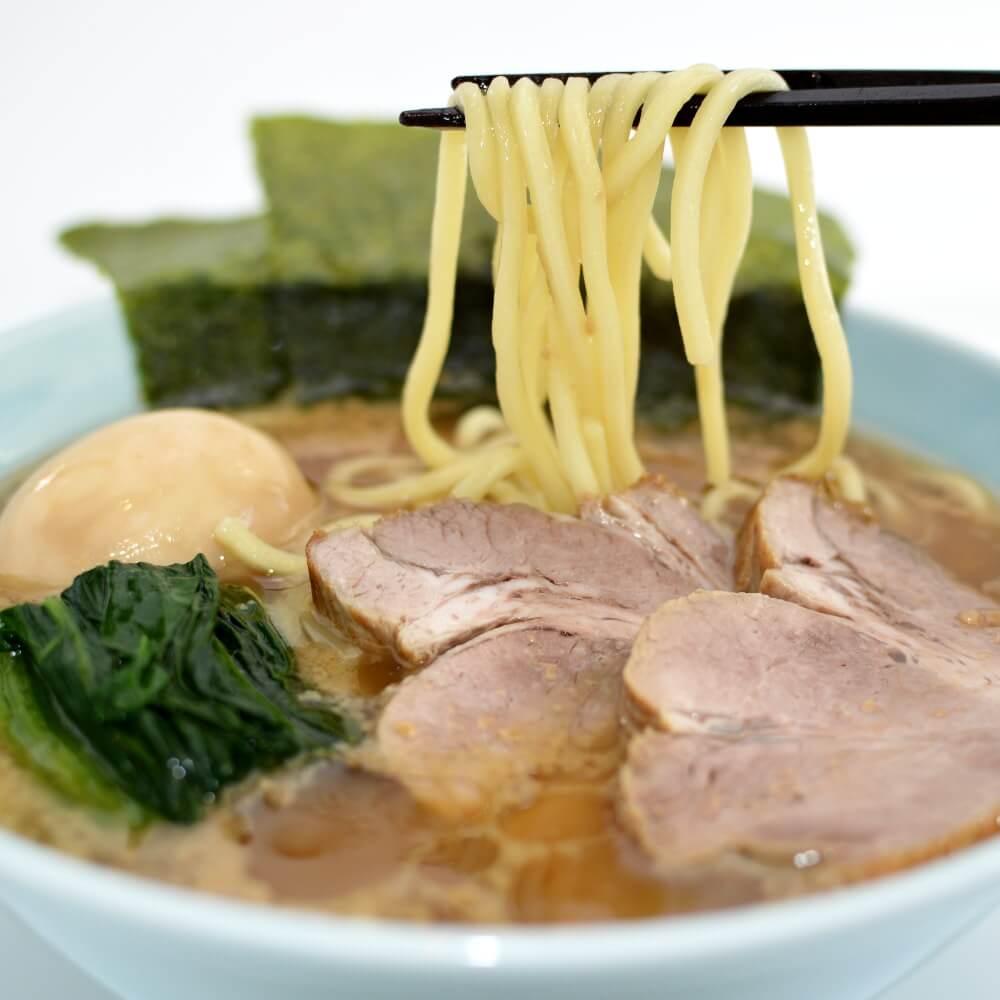 商品名:家系、中加水の太麺・ストレート麺のとんこつ醤油ラーメンの麺持ち上げ