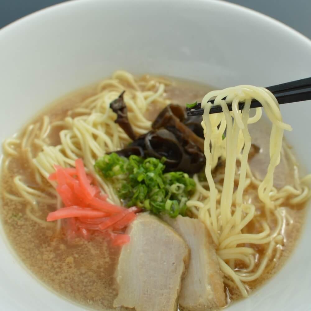 商品名:博多、低加水の極細麺・ストレート麺のとんこつ醤油ラーメンの麺持ち上げ