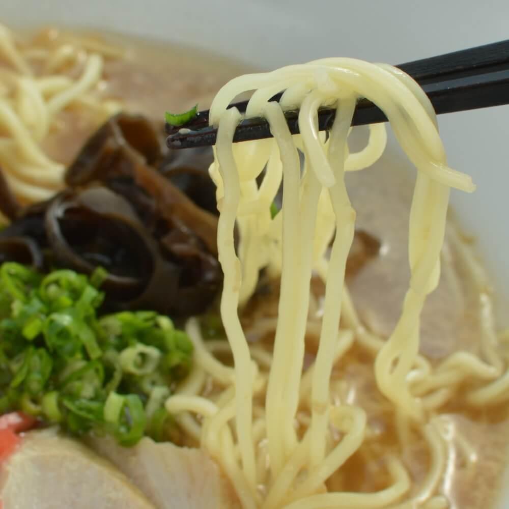 商品名:博多、低加水の極細麺・ストレート麺のとんこつ醤油ラーメンの麺持ち上げアップ