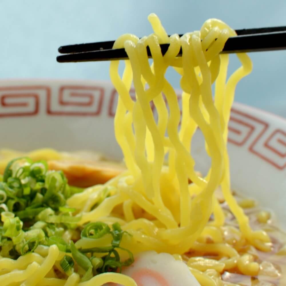 商品名:町中華、中加水の細麺・ちぢれ麺のこくうま醤油ラーメンの麺持ち上げアップ