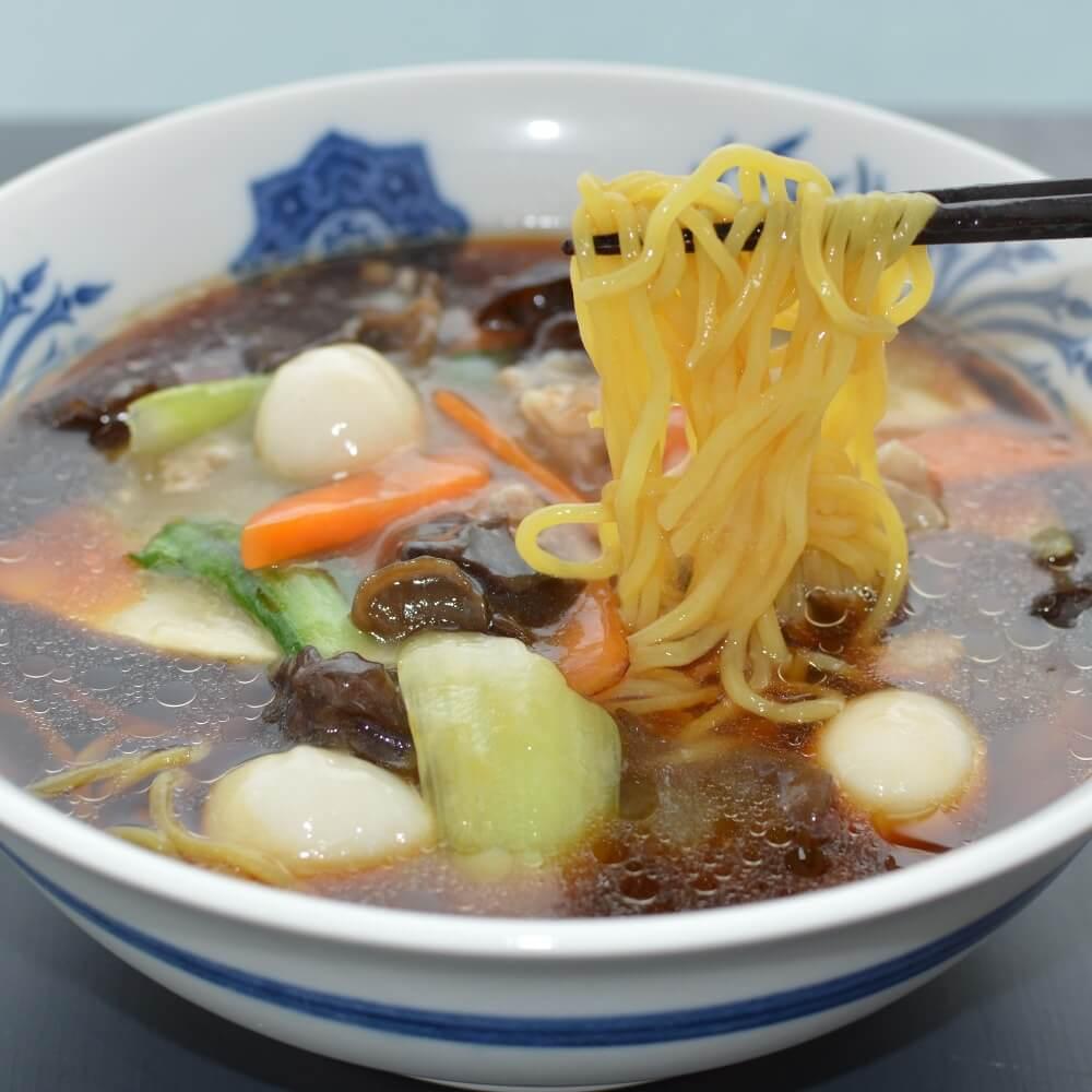 商品名:昇竜、中加水の中太麺・ストレート麺のこくうま醤油ラーメンの麺持ち上げ
