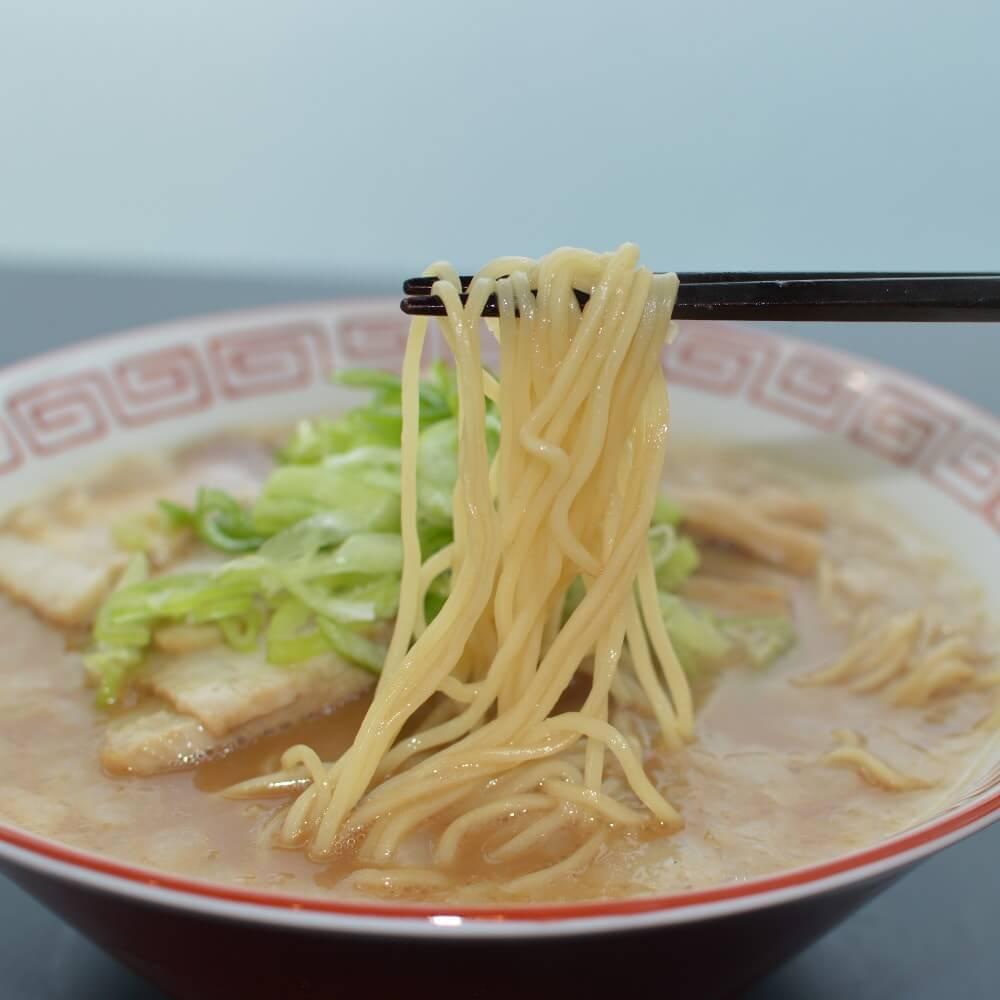 商品名:チャッチャ、中加水の細麺・ストレート麺のとんこつ醤油ラーメンの麺持ち上げ
