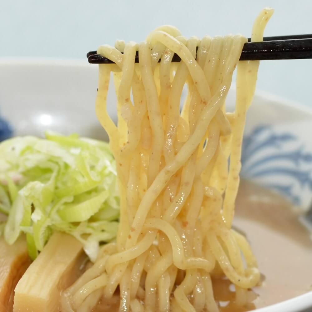 商品名:全粒粉、中加水の中太麺・ストレート麺のとんこつ醤油ラーメンの麺持ち上げアップ