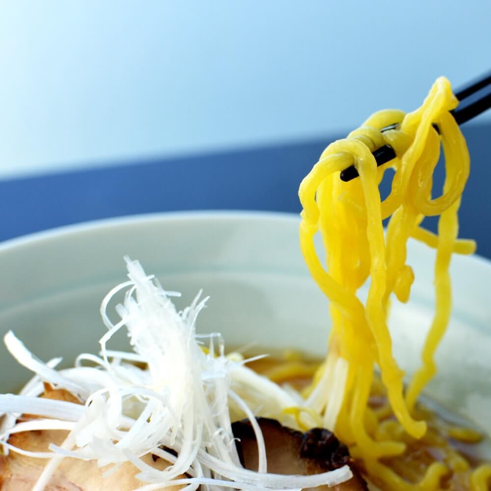 商品名:ぶりん、多加水 熟成の太麺・手揉み麺の味噌ラーメンの麺持ち上げ