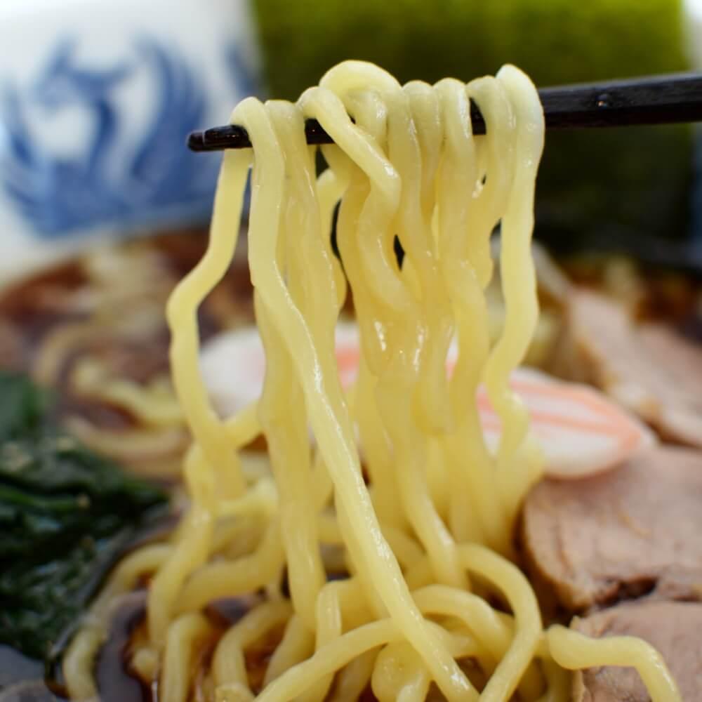 商品名:佐野、多加水 熟成の中太麺・手揉み麺の無化調醤油ラーメンの麺持ち上げアップ