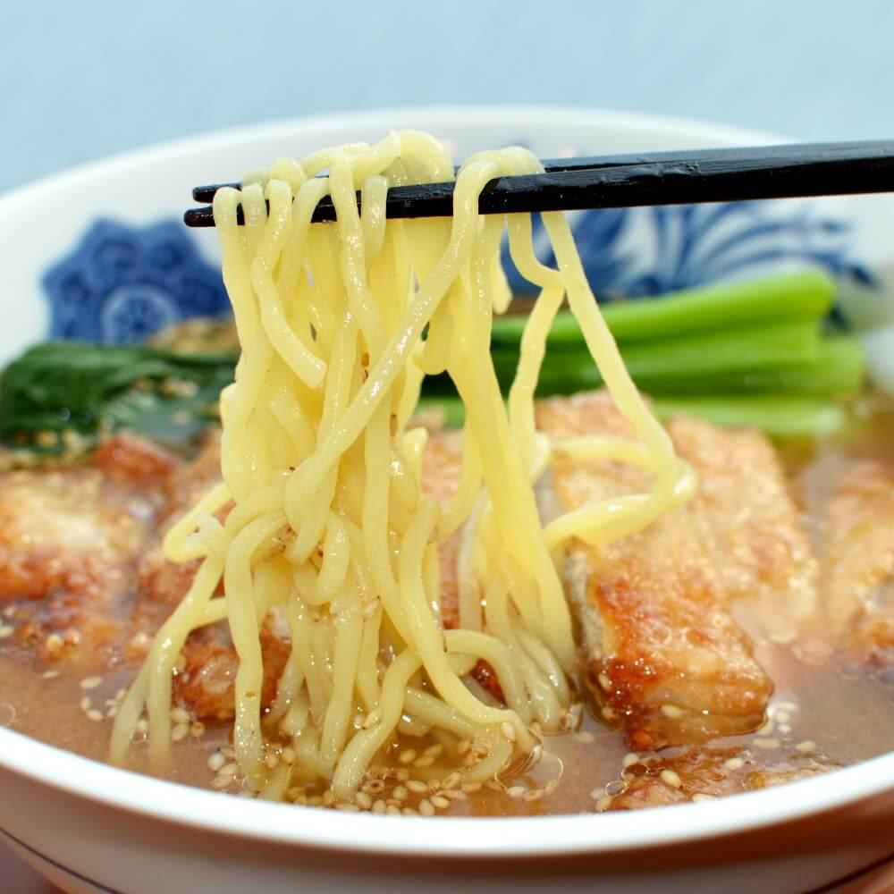 商品名:もみ、多加水 熟成の中太麺・手揉み麺の味噌ラーメンの麺持ち上げ