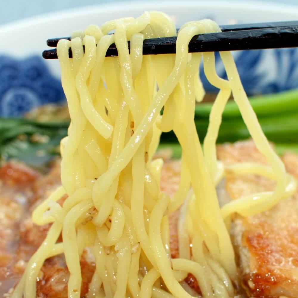 商品名:もみ、多加水 熟成の中太麺・手揉み麺の味噌ラーメンの麺持ち上げアップ