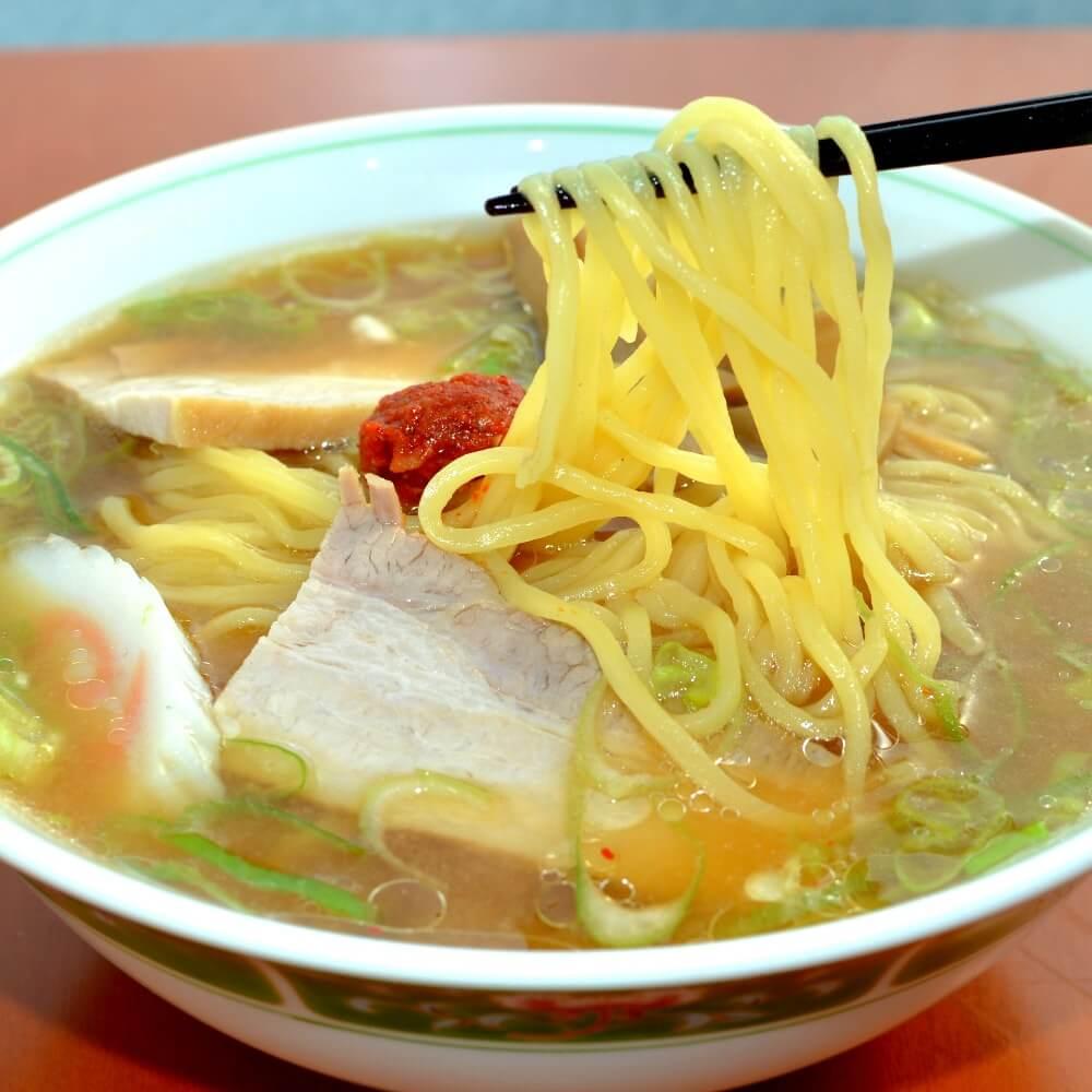 商品名:福寿、多加水 熟成の平打ち太麺・ストレート麺の味噌ラーメンの麺持ち上げ