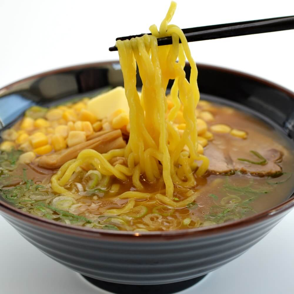 商品名:太札幌、多加水 熟成の平打ち太麺・ちぢれ麺の味噌ラーメンの麺持ち上げ