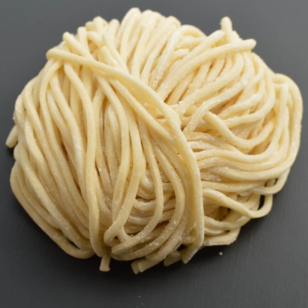 商品名:三ツ白、多加水 熟成の太麺・ストレート麺の生麺
