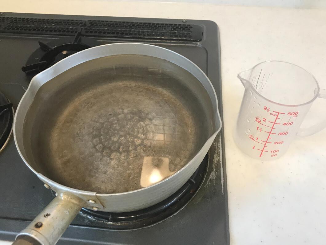 ラーメンをゆでるたっぷりのお湯3リットルを鍋に入れる