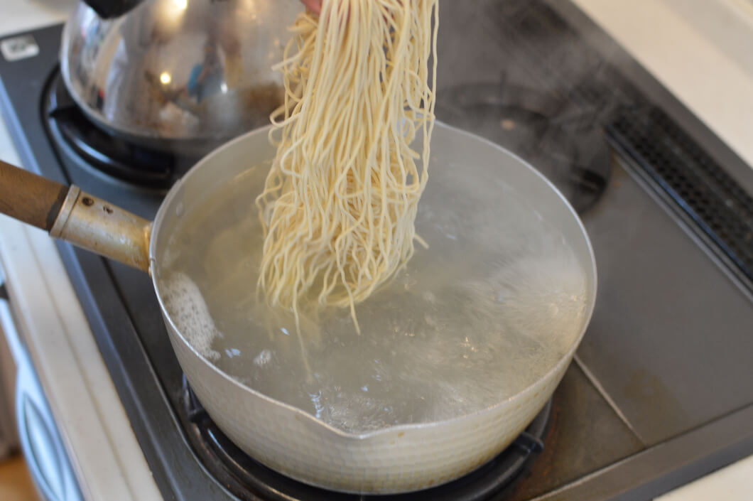 鍋に沸騰したたっぷりのお湯にラーメンの麺を入れる