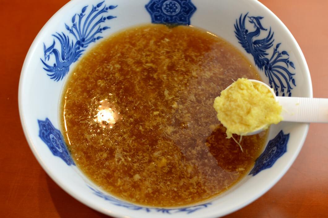 ラーメンスープに溶かした大さじ3杯の生姜スープ