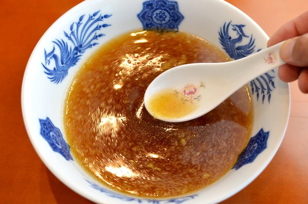 ラーメンスープに溶かした大さじ1杯の生姜スープ